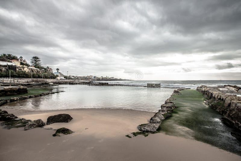 Обваловка Cascais во время отлива драматически стоковое изображение rf