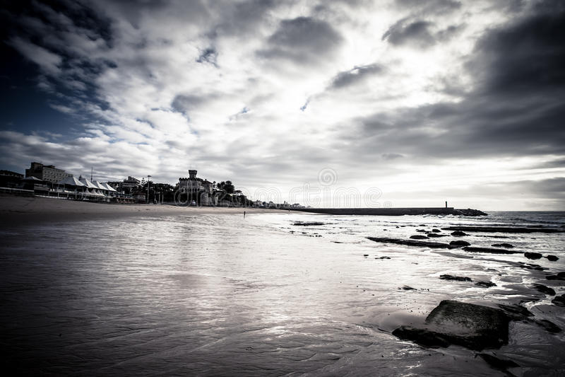 Обваловка Cascais во время отлива драматически стоковые фотографии rf