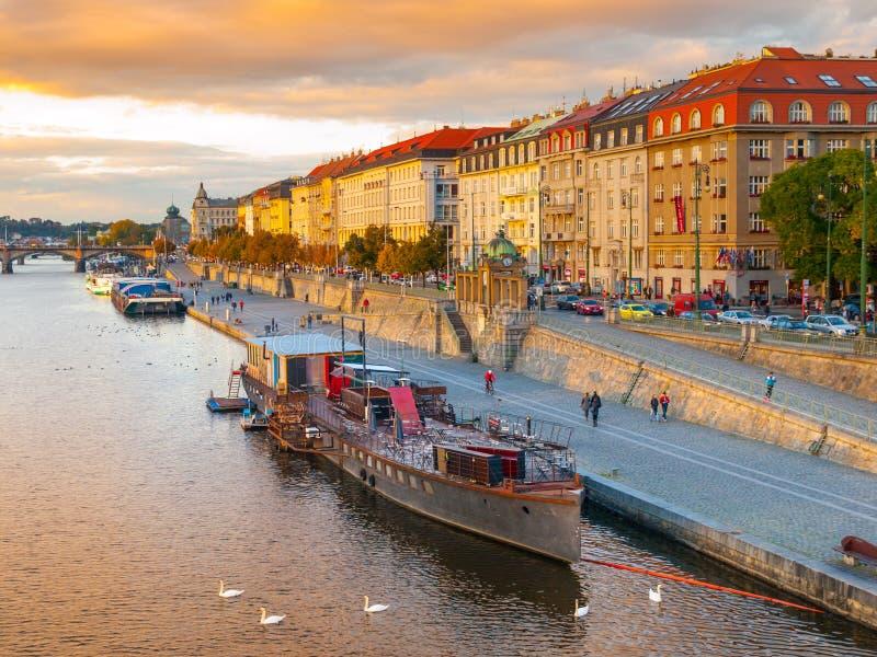 Обваловка Rasin на реке Влтавы в Праге стоковые фото