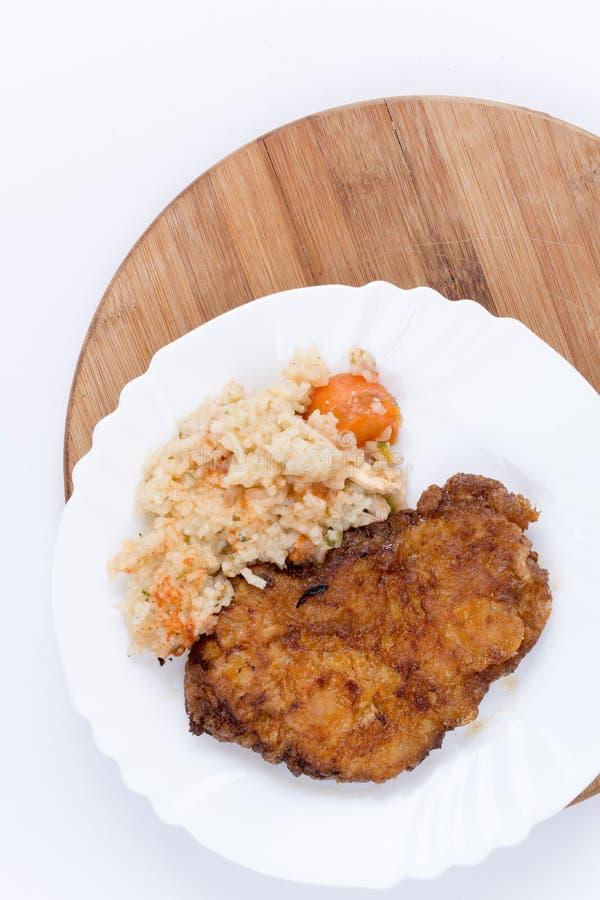 Обвалянное в сухарях мясо с сваренным рисом с овощами стоковая фотография rf