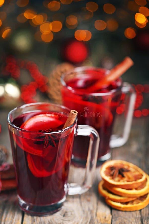 Обдумыванное вино в стеклах стоковые изображения