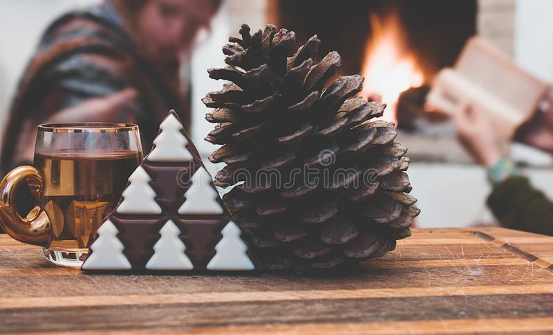 обдумыванное вино на украшениях зимы и конус сосны с шоколадом рождественской елки стоковое фото rf
