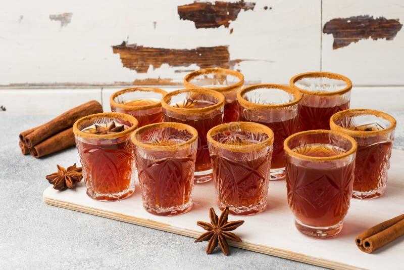 Обдумыванный сидр вина в малых стогах с циннамоном и анисовкой Концепция коктейль-бара стоковое фото