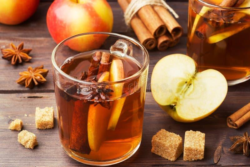 Обдумыванный сидр вина в стеклянных кружках с циннамоном, анисовкой и яблоками Концепция коктейль-бара стоковые фото