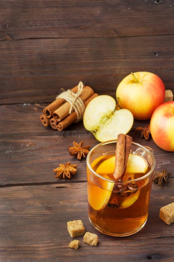 Обдумыванный сидр вина в стеклянных кружках с циннамоном, анисовкой и яблоками Концепция коктейль-бара стоковые изображения rf