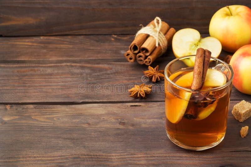 Обдумыванный сидр вина в стеклянных кружках с циннамоном, анисовкой и яблоками Концепция коктейль-бара скопируйте космос стоковые фото