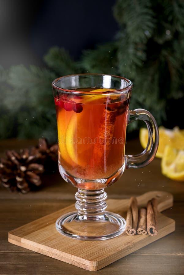 Обдумыванный сидр с добавленными специями и праздники цитруса очень вкусные и грея горячие питья зимы рождества выпивают вертикал стоковое фото
