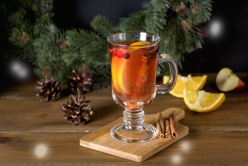 Обдумыванный сидр с добавленными специями и праздники цитруса очень вкусные и грея горячие напитка зимы рождества выпивают горизо стоковое изображение