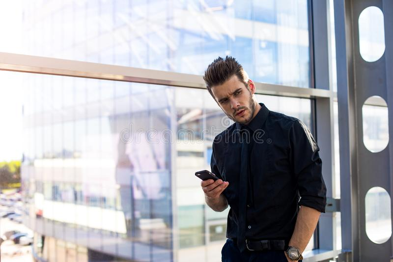 Обдумывать мобильный телефон удерживания босса стоковое изображение