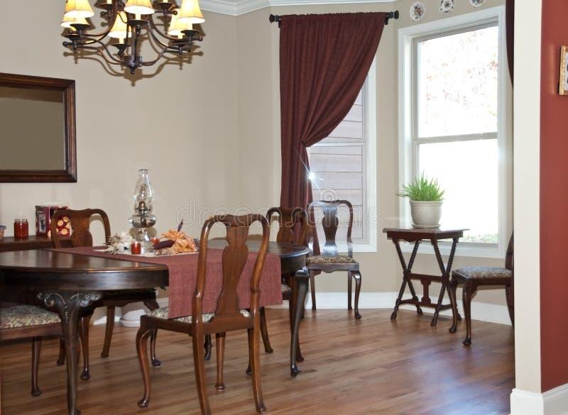 обедать домашняя самомоднейшая комната стоковые фото