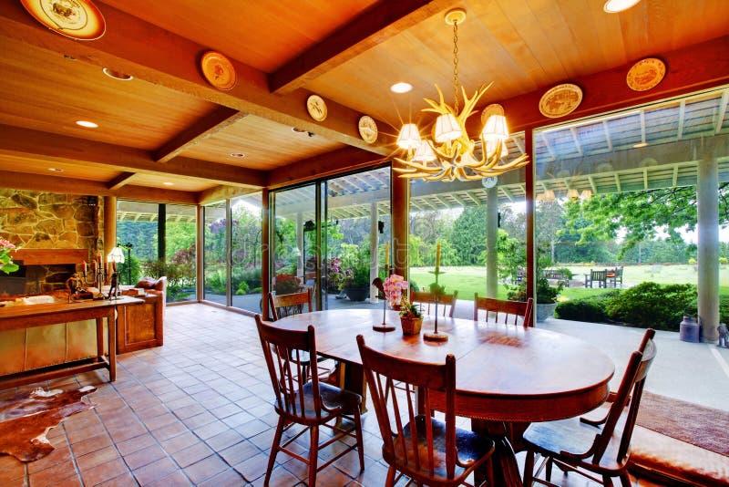 обедать зеленые окна стены взгляда комнаты стоковое изображение