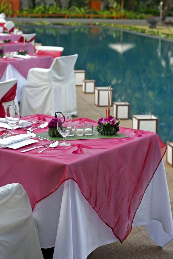 обедать около таблиц бассеина стоковое фото rf
