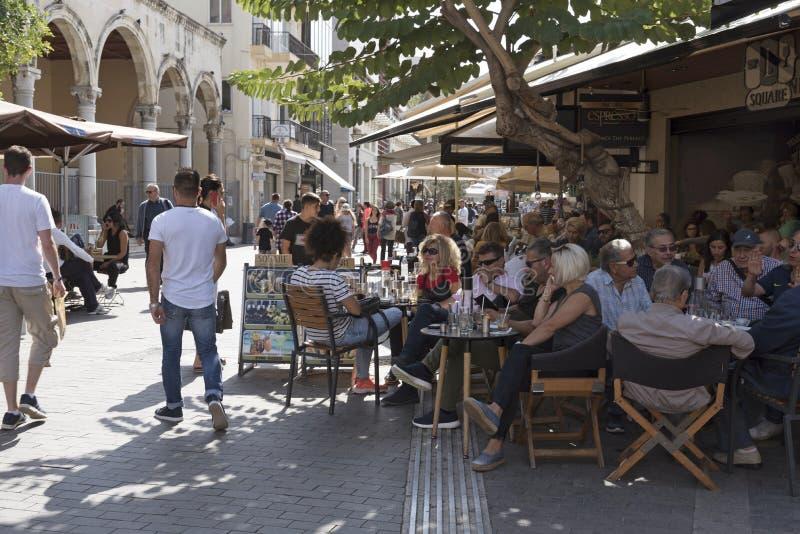 Обедающие и пьяницы в толпить баре в ираклионе, Крите, Греции стоковое изображение