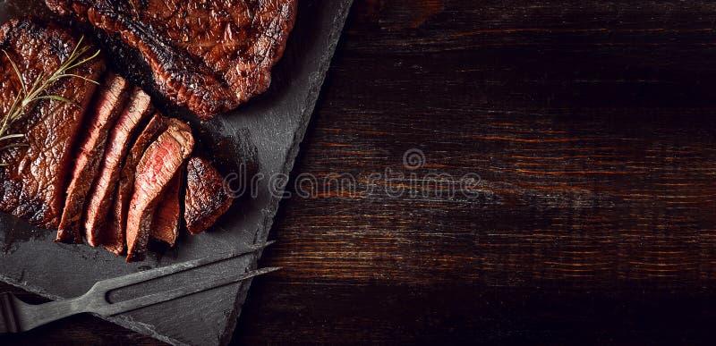 Обедающий для 2 со стейками и красным вином стоковая фотография rf