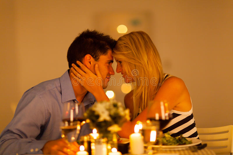Обедающий пар романтичный стоковое изображение
