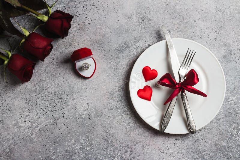 Обедающий сервировки стола дня валентинок романтичный женится я обручальное кольцо свадьбы стоковая фотография