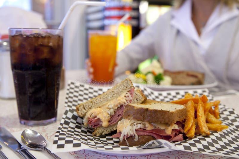 обедающий reuben тип сандвича стоковая фотография rf