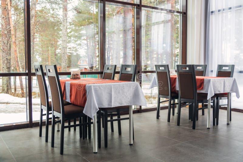 Обеденные столы и стулья в ресторане нутряной свет стоковая фотография rf