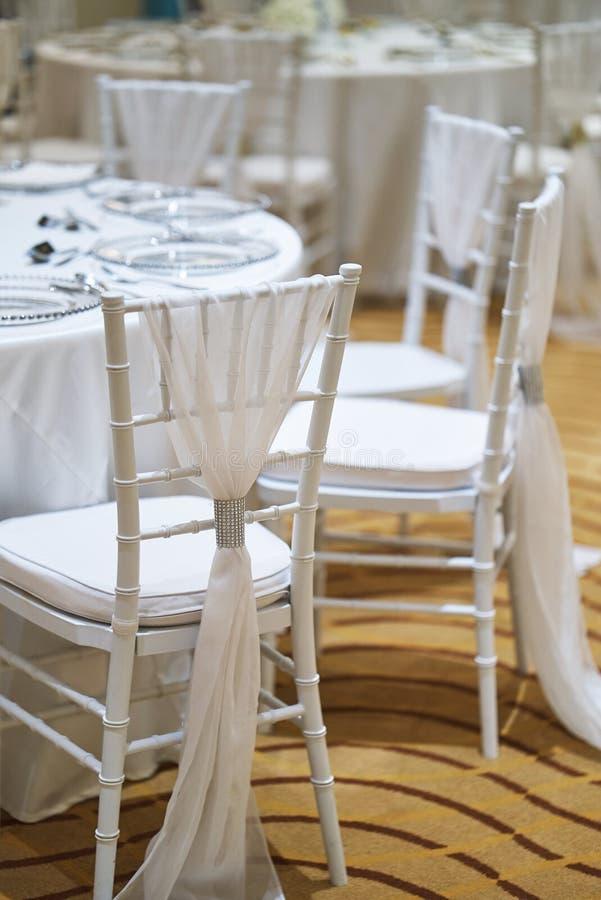 Обеденный стол приема по случаю бракосочетания настроил для роскошного торжества свадьбы стоковая фотография rf