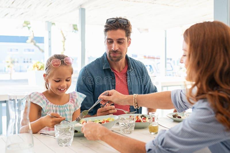 Обед дочери сервировки матери стоковые изображения