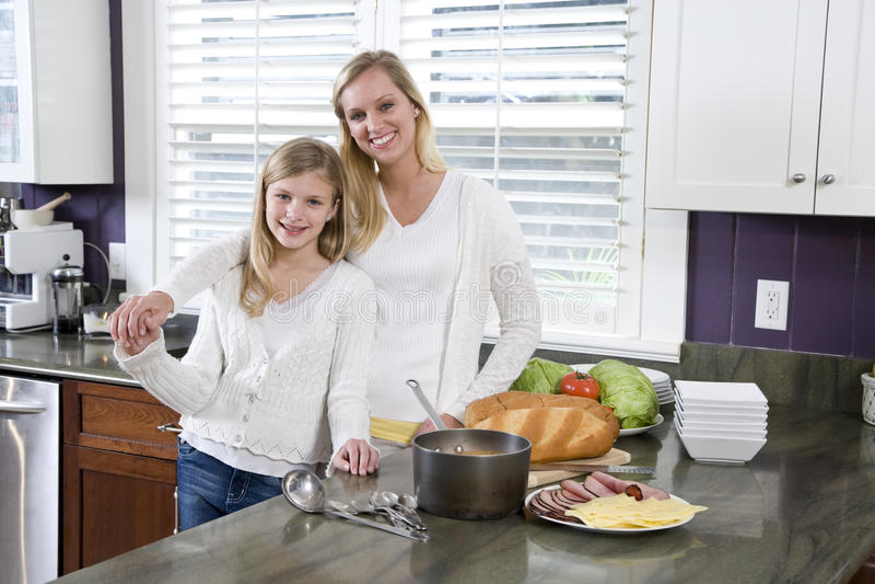 обед кухни дочи делая мать стоковое фото
