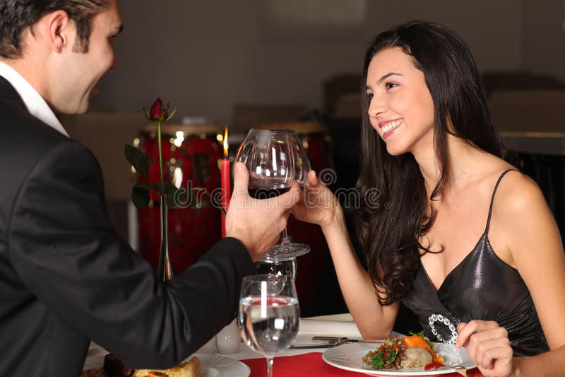 обед пар имея романтичное стоковые фото