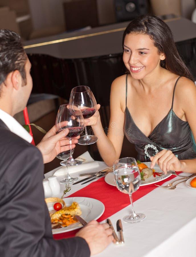 обед пар имея романтичное стоковое изображение rf