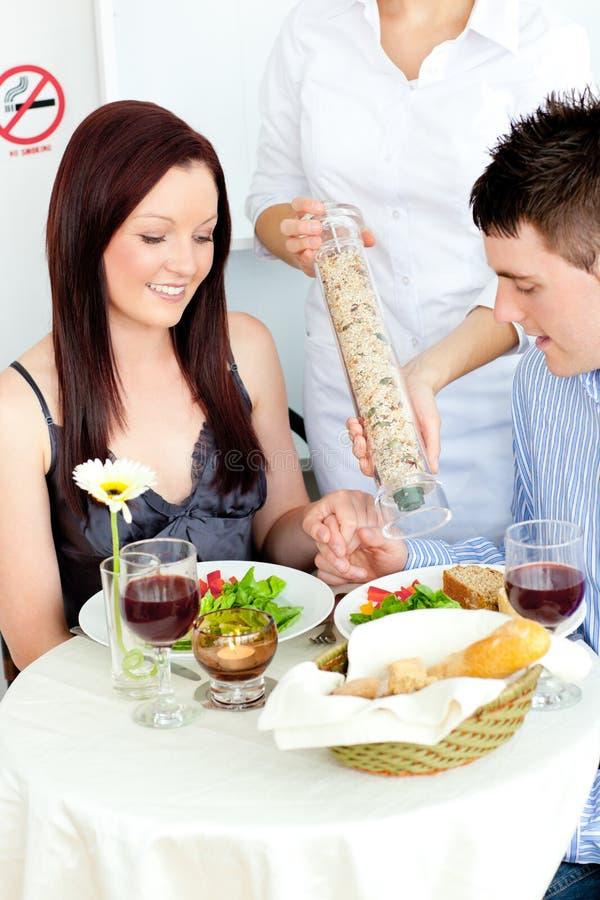 обед пар счастливый имеющ ресторан стоковое изображение