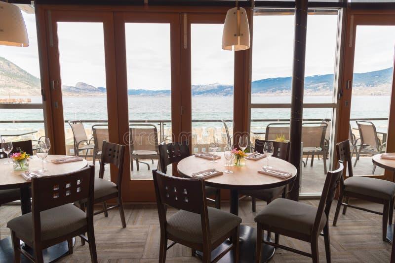 Обед с видом на озеро Окаган в ресторане Hooded Merganser стоковые изображения rf