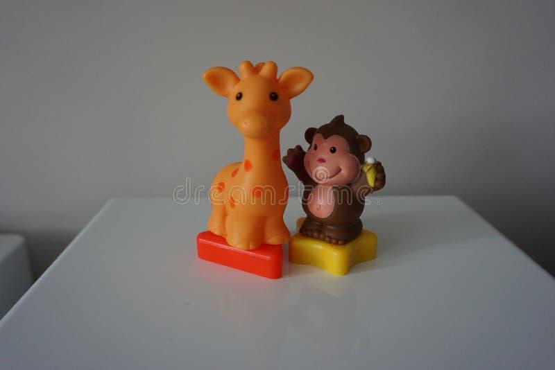 Обезьяна Брайна и жираф апельсина забавляются для детей стоковое фото rf