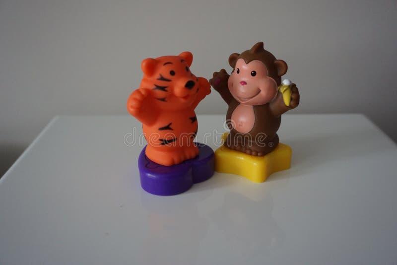 Обезьяна Брайна и тигр апельсина забавляются для детей стоковое изображение rf