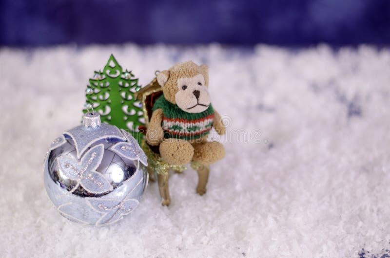 Обезьяна на стуле Около шарика и herringbone игрушки рождества стоковая фотография