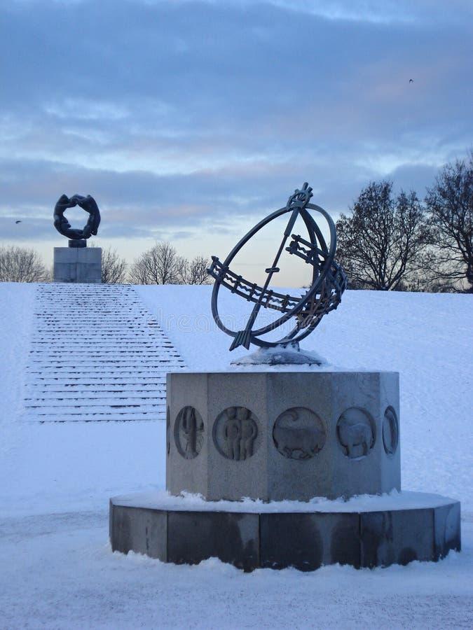 Обелиск в снежном парке стоковое фото