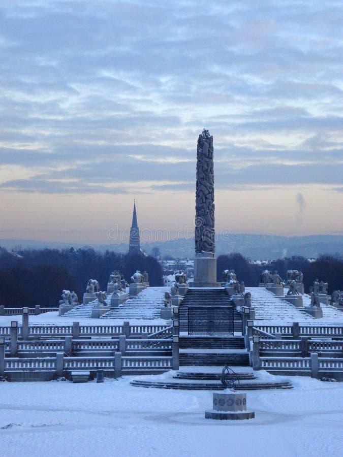 Обелиск в снежном парке стоковое изображение rf