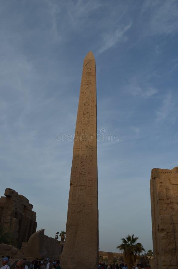 Обелиск против голубого неба в древнем египете стоковые изображения