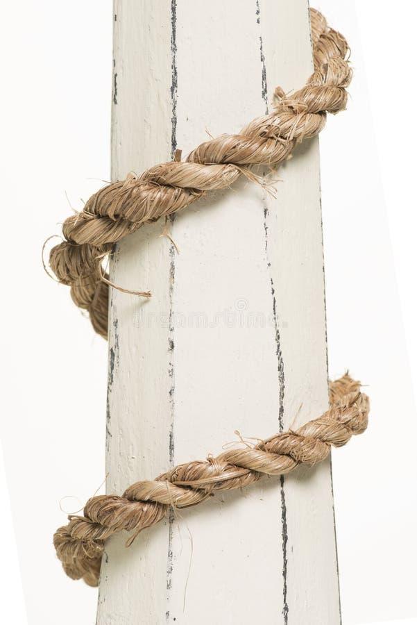 Обернутая веревочка на древесине стоковые фото