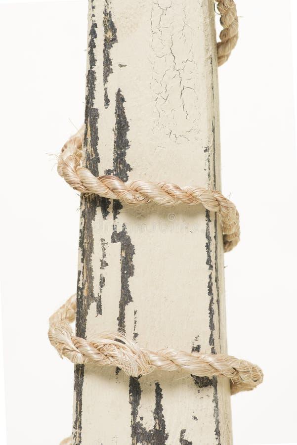 Обернутая веревочка на древесине стоковое изображение