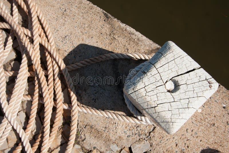 Обернутая веревочка на древесине стоковое фото rf