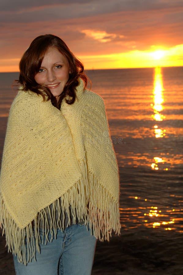 обернутая женщина захода солнца одеяла стоковая фотография