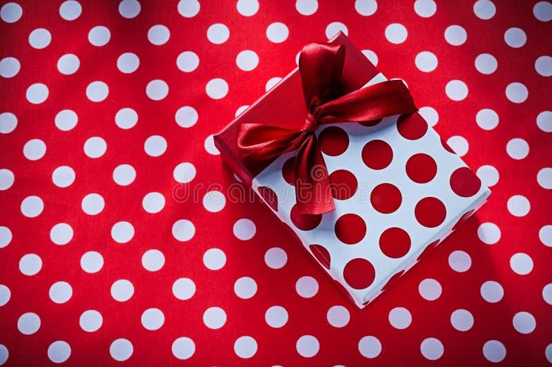 Обернутая коробка с настоящим моментом на conce праздников ткани таблицы полька-точки стоковое фото rf