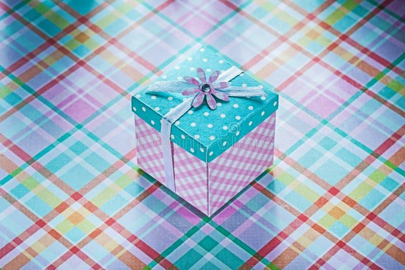 Обернутая присутствующая коробка на проверенных торжествах co предпосылки ткани стоковое фото rf