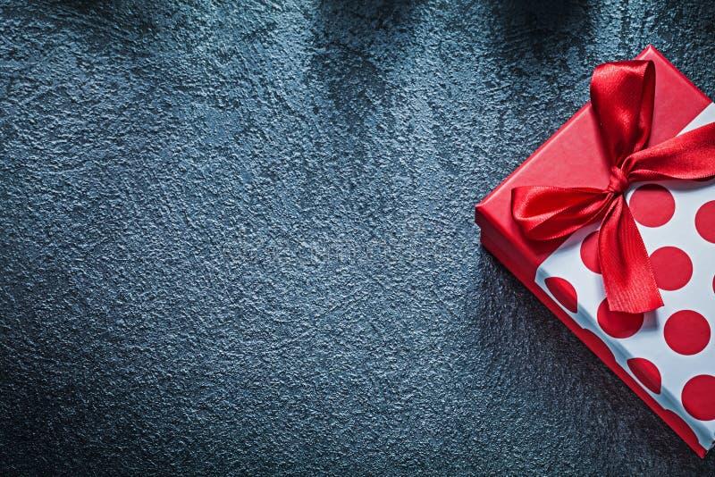 Обернутая присутствующая коробка с связанным смычком на черных праздниках c предпосылки стоковое изображение