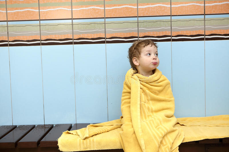 обернутое полотенце мальчика стоковое фото rf