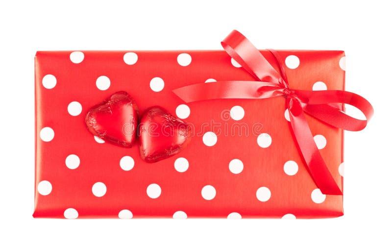 Обернутый подарок и 2 сердца шоколада стоковое фото rf