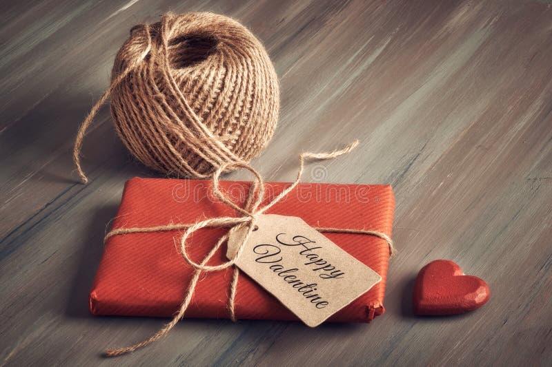 Обернутый подарок связанный вверх с шнуром, биркой картона с текстом стоковое изображение rf