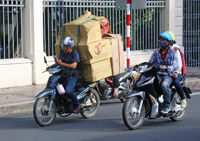 Обеспечение безопасности на дорогах: Семья на мопеде стоковое фото