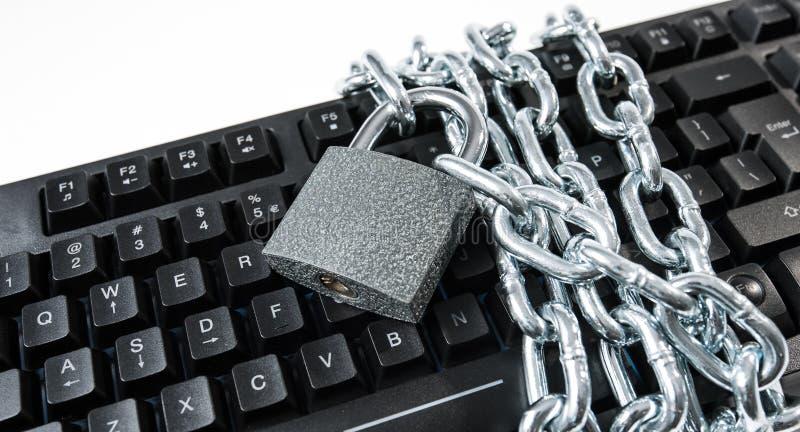 Обеспеченная клавиатура компьютера, метафора предохранения от кибератак стоковое изображение rf