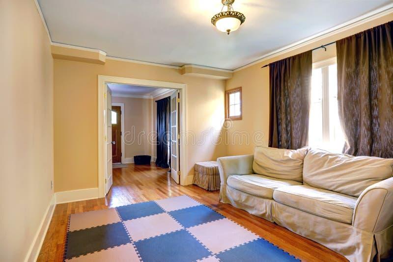 Обеспеченная комната с открытой французской дверью стоковое изображение