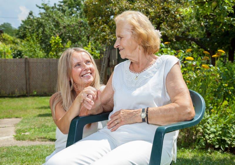 Обеспечивать заботу для пожилых людей стоковое изображение