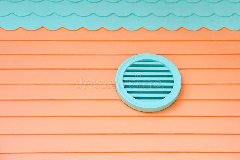 Обеспечьте свежий воздух в дом Вентиляция на доме Все системы вентиляции дома Пути провентилировать ваш дом airbrush стоковое фото